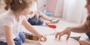 Niños jugando con instrumentos musicales