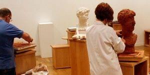 Personas realizando esculturas