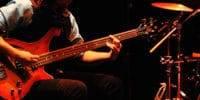 Músico tocando un bajo eléctrico
