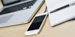 Libreta, ordenador portátil y teléfono móvil