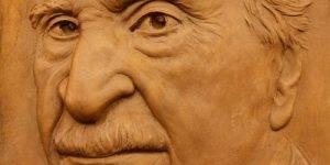 Detalle de un relieve con el rostro de Francisco Ayala