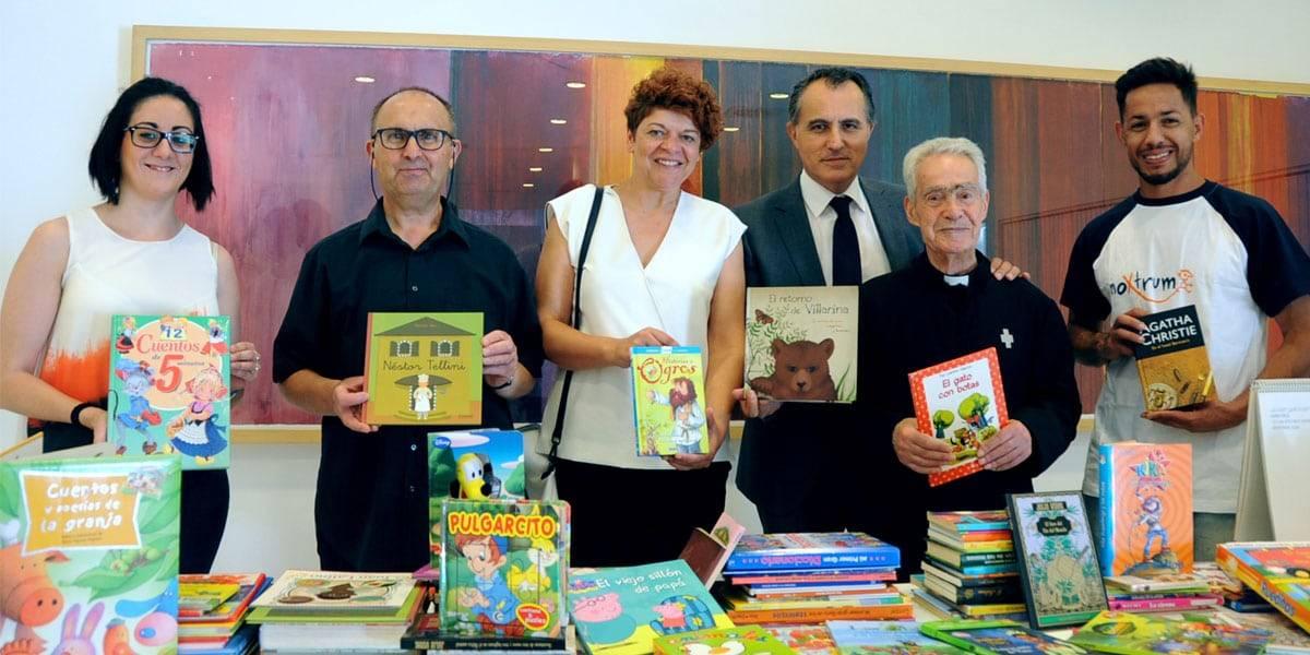 Representantes de las distintas organizaciones en una entrega de libros solidaria