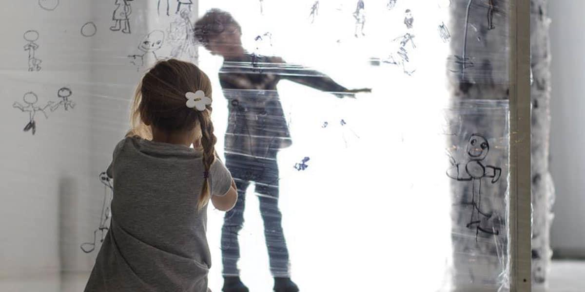 Dos niños participando en la exposición Arte para Aprender
