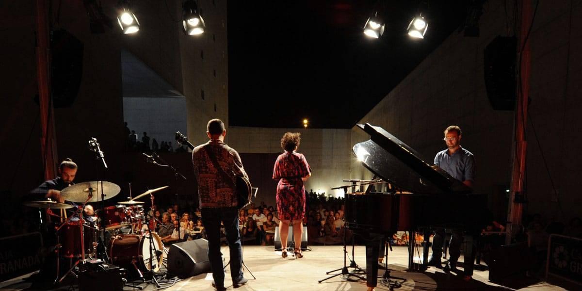 Vista trasera de un concierto en la Plaza de las Culturas