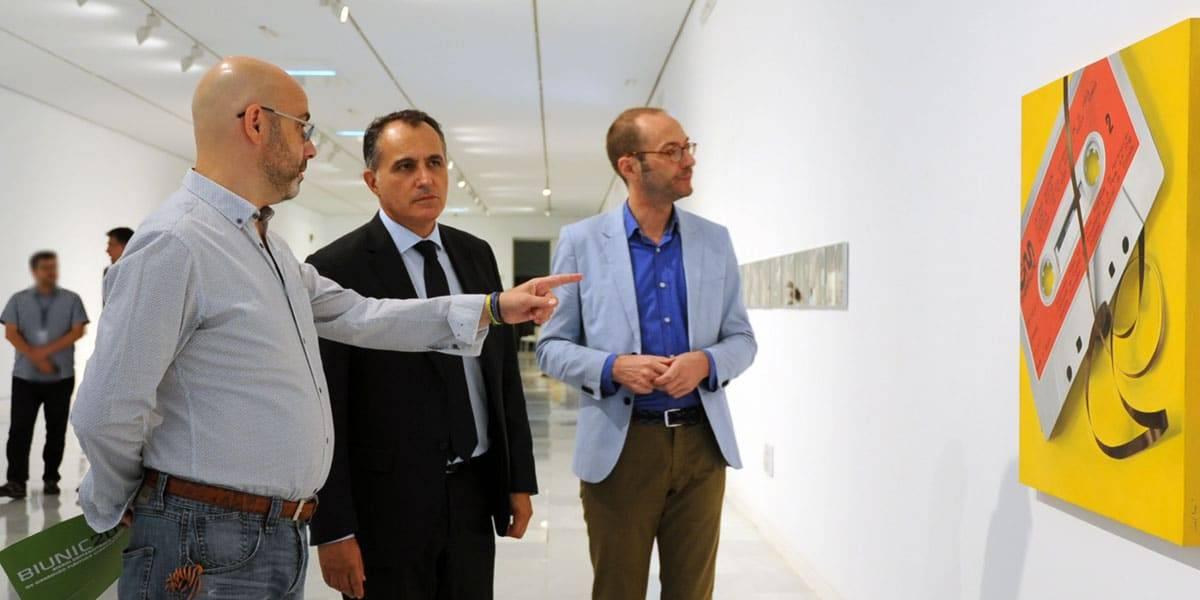 Diego Oliva y Miguel Arjona, director y responsable de exposiciones temporales de CAJAGRANADA Fundación, respectivamente; y mostrando la exposición, el comisario Iván de la Torre