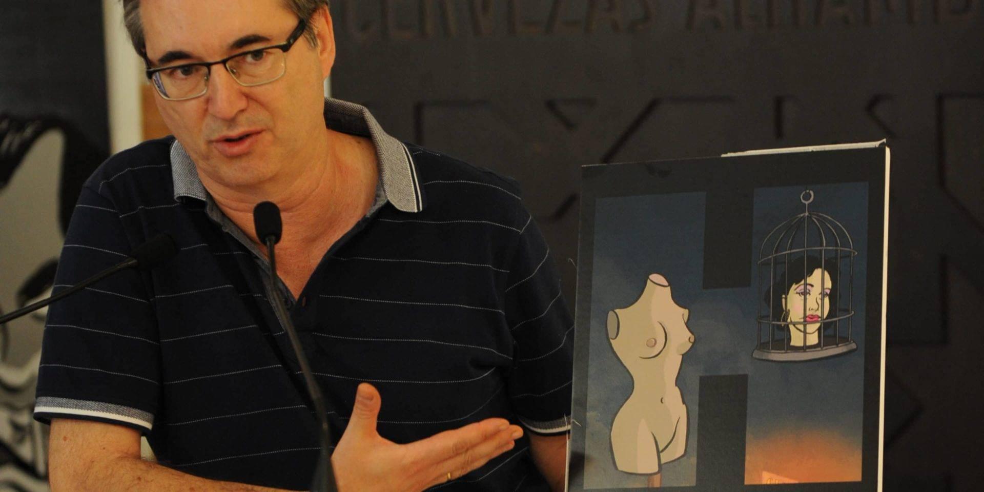 Enrique Bonet, mostrando su ilustración para HNegra