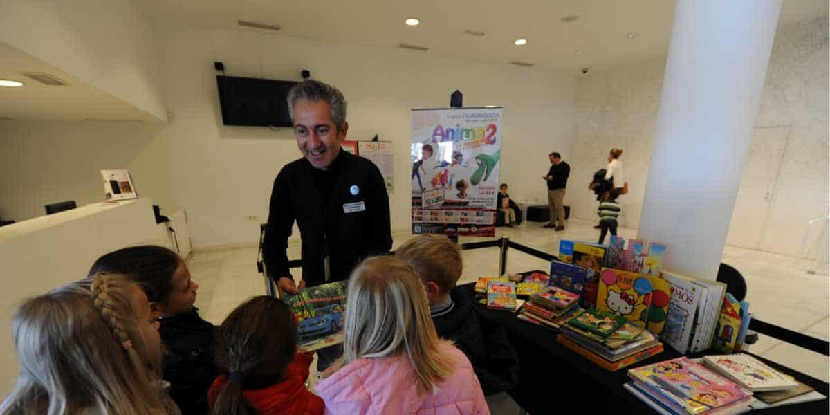 """Éxito de la iniciativa """"Peli X Libro"""" de CAJAGRANADA, con 350 libros entregados por los espectadores"""
