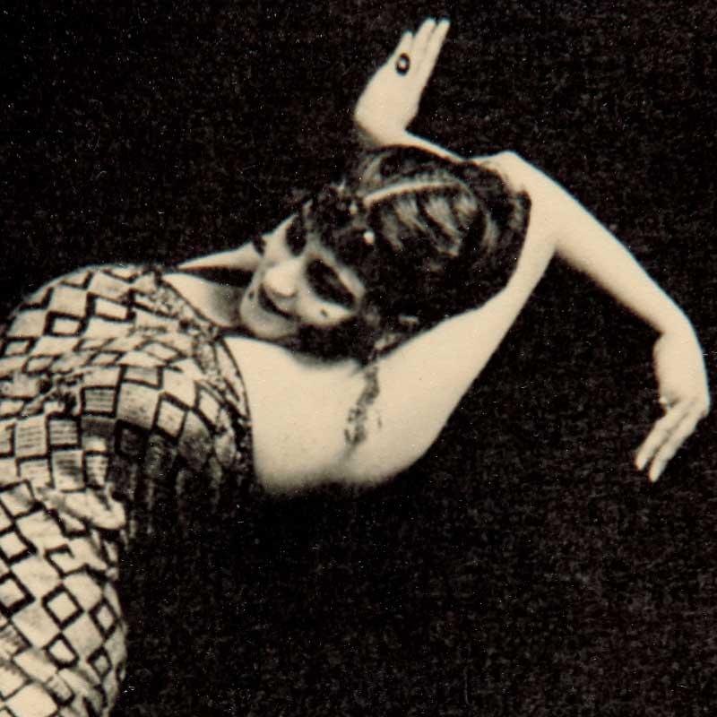 """Detalle de la fotografía """"Tórtola Valencia"""" en la danza de """"La serpiente"""", ca. 1915. Museo Nacional del Teatro (Almagro)"""