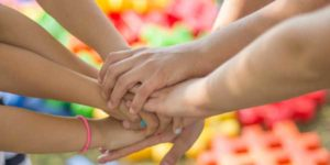 Varias manos juntas