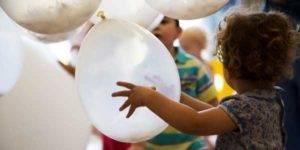 Bebés jugando con globos