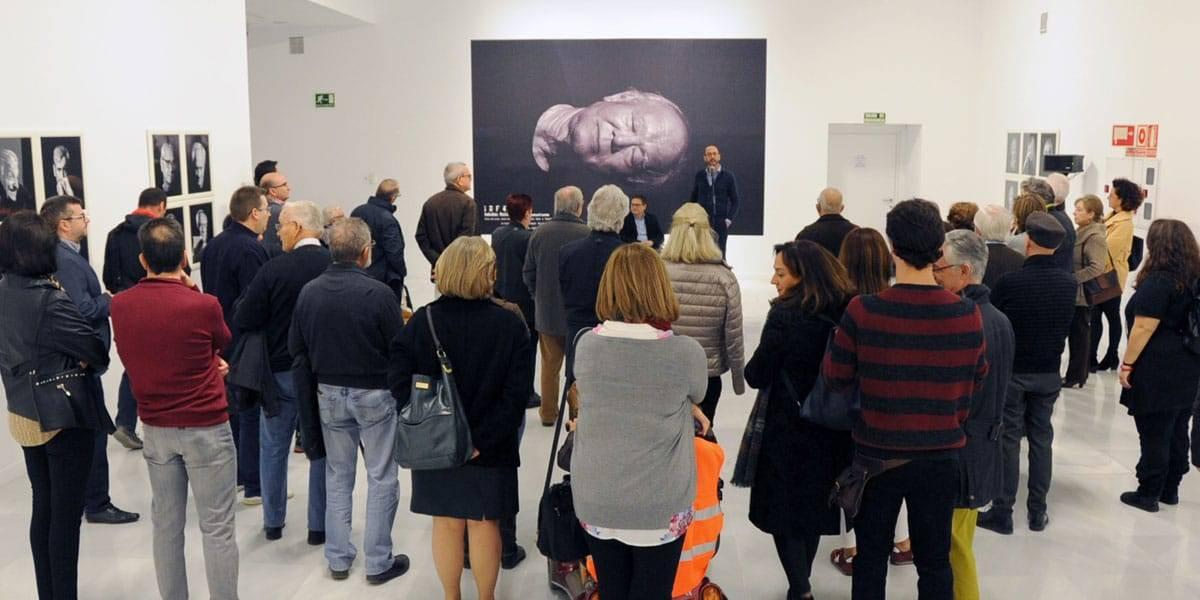 """Grupo de personas en la inauguración de la exposición """"IRF4"""""""