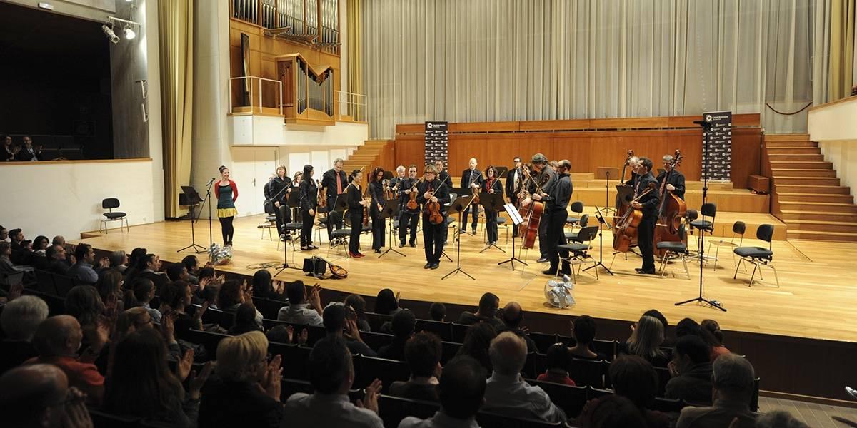 La Orquesta Ciudad de Granada recibiendo los aplausos del público