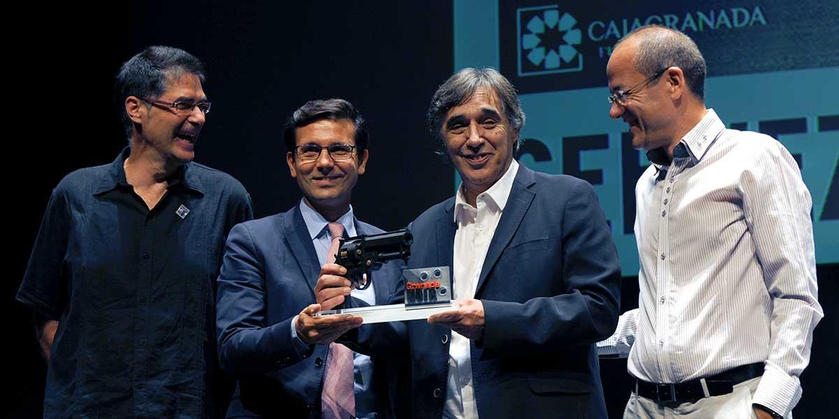 Jesús Lens y Gustavo Gómez flanquean a Francisco Cuenca, alcalde de Granada, y a Agustín Día Yanes, durante la entrega del III Premio Granada Noir