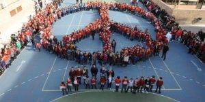 Momento en que alumnado y profesorado del Colegio CAJAGRANADA forman el símbolo de la paz en el patio del centro educativo