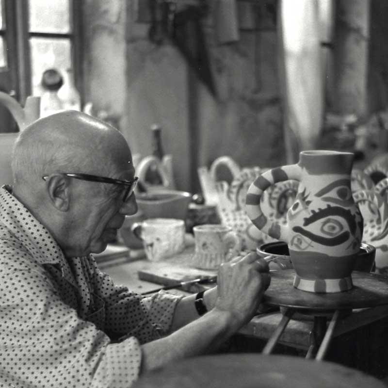 Fotografía de Picasso produciendo cerámica. Copyright Roberto Otero. Museo Picasso Málaga