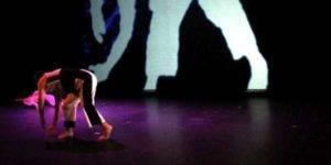 Persona danzando en el escenario