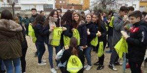 Grupo de chicos con mochilas de Bankia
