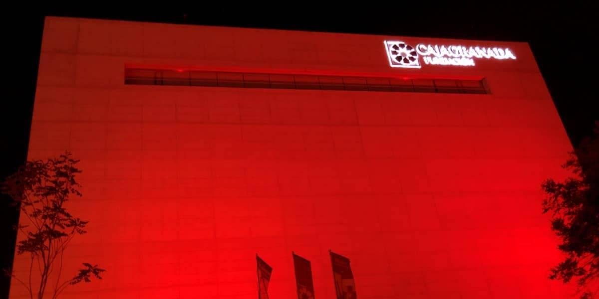 El Centro Cultural Memoria de Andalucía, de rojo para visibilizar el síndrome 22q11