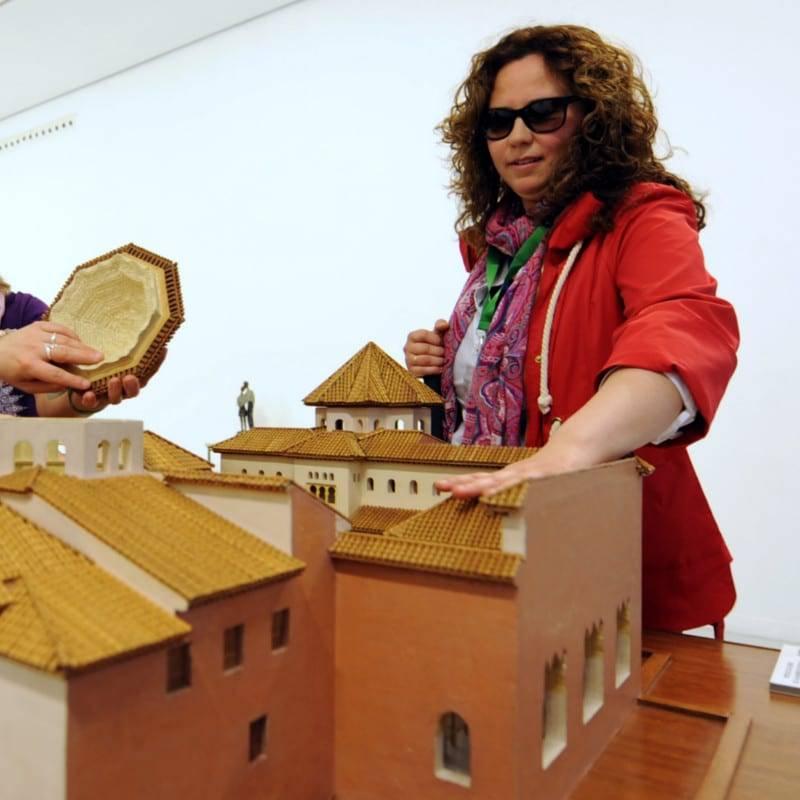 Una usuaria tocando una de las piezas de la exposición