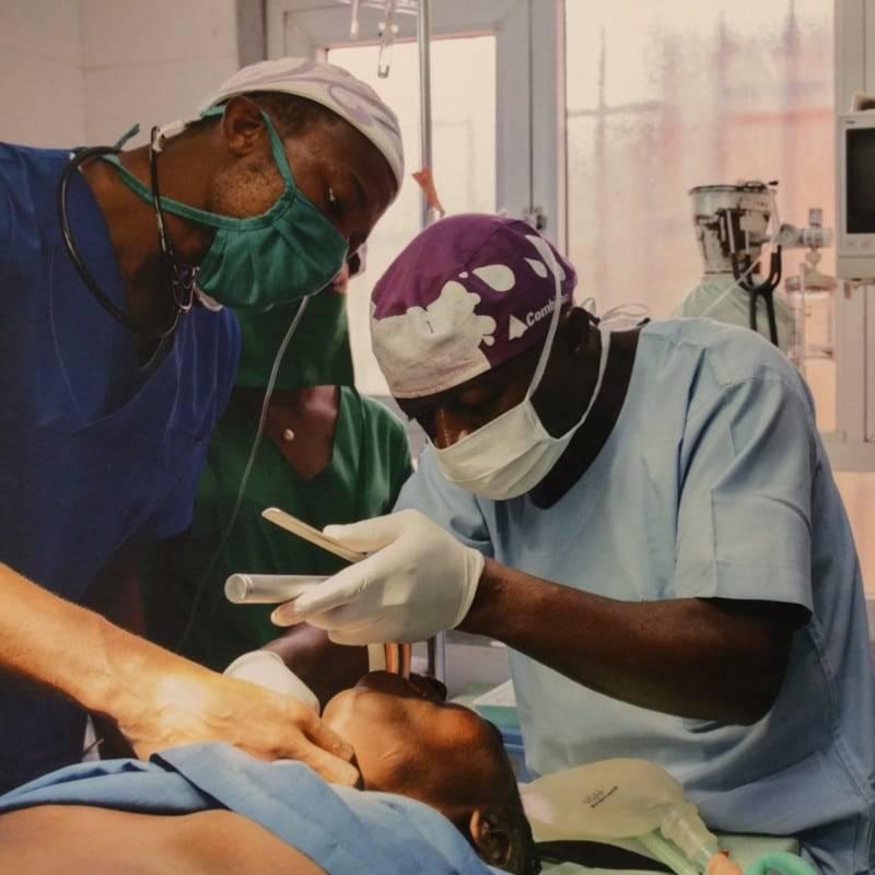 Médicos operando a un paciente