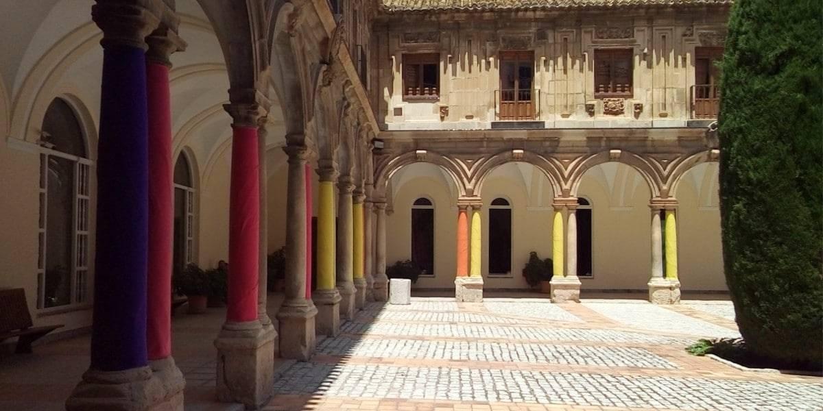 """Instalación artística """"Cuerpos coloreados"""", de María Dolores Gallego, en el Claustro principal del Antiguo Convento de Santo Domingo"""