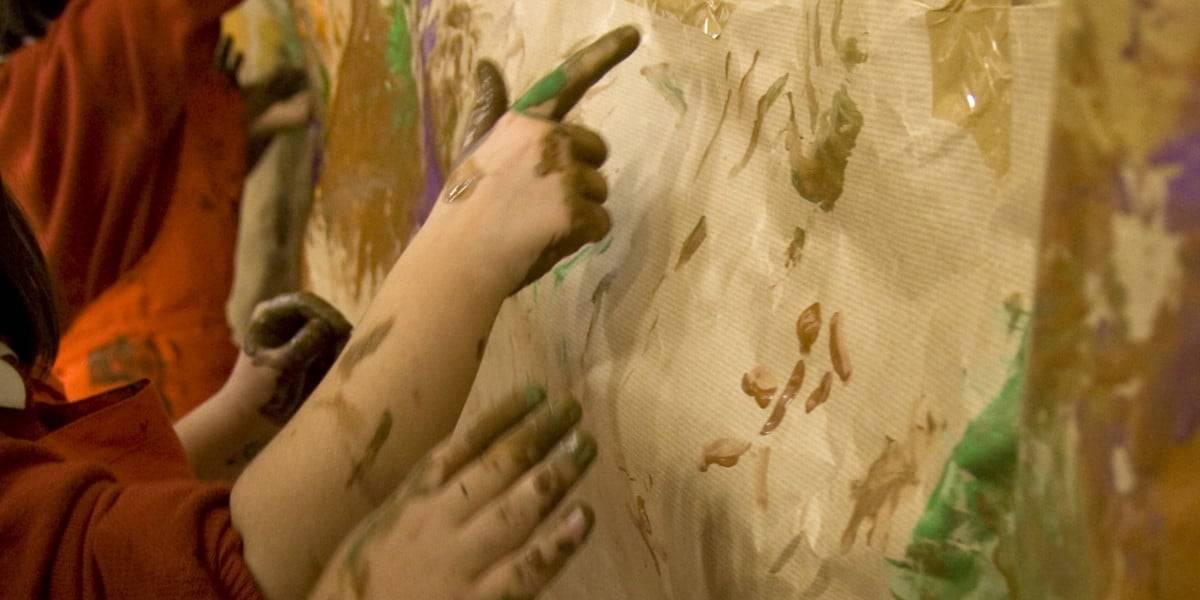 """Manos de niños participando en una actividad del programa """"Un Verano de Museo"""""""