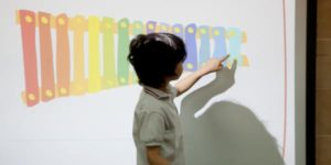 Niño aprendiendo en una aplicación de pizarra