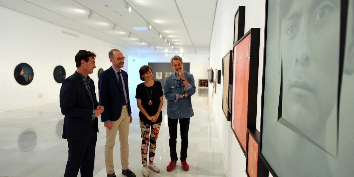 """Responsables de la exposición """"Luis González Palma. Constelaciones de lo intangible"""" con el artista"""