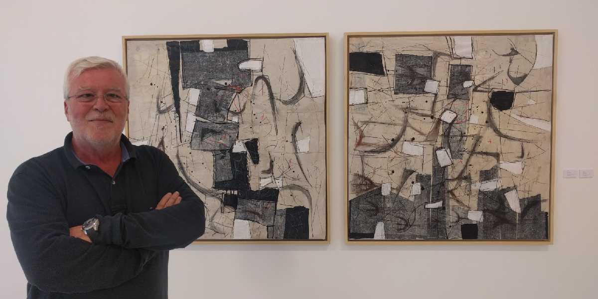 Juan Carlos Lazúen con una de sus obras