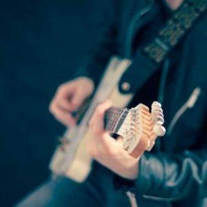 Persona tocando la guitarra