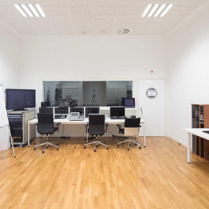 Aula con equipos de sonido, de luces e informáticos