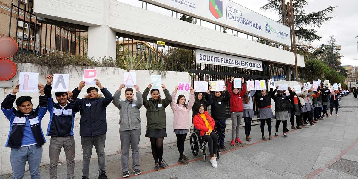 Alumnos del Colegio CajaGranada celebrando el Día de la Paz y la No Violencia