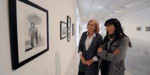 Elena Martín-Vivaldi y María Toral contemplando una fotografía