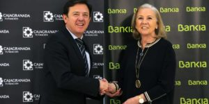El director corporativo de la Territorial de Bankia en Andalucía, Joaquín Holgado, y la presidenta de CajaGranada Fundación, María Elena Martín-Vivaldi