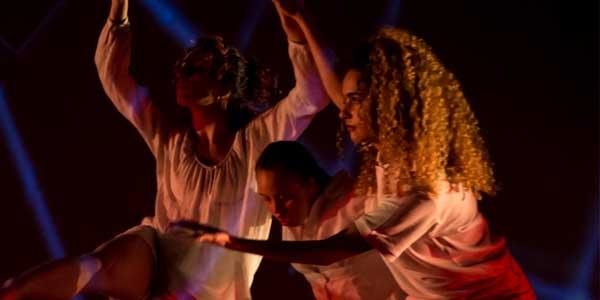 Tres personas bailando
