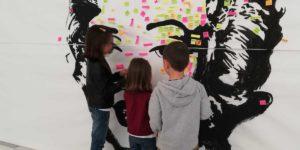"""Niños participando en una de las actividades de la exposición """"Arte para aprender"""""""