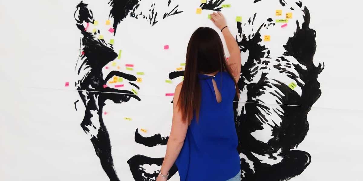 """Persona interactuando con una de las obras de la exposición """"Arte para aprender"""""""