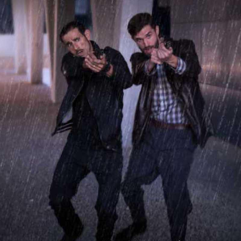 Dos personas bajo la lluvia