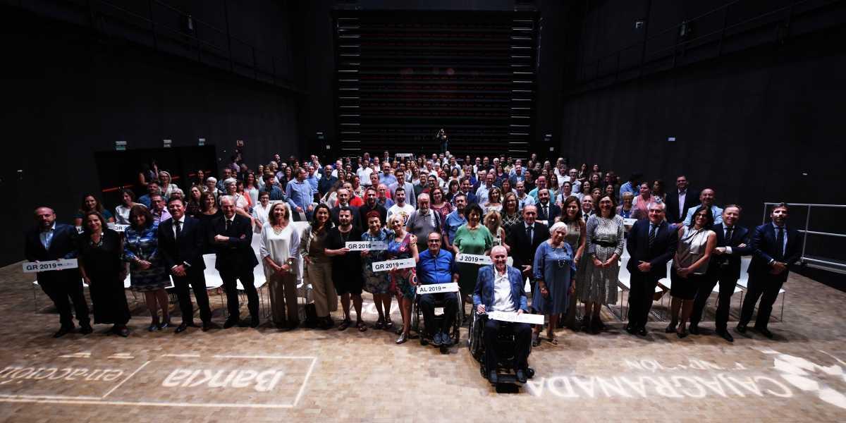Foto de familia de la entrega de las ayudas 'Ayudamos a los que ayudan'