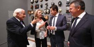 Foto de autoridades durante la inauguración de la exposición 'El siglo de la luz'