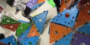Familias y niños participando en un actividad infantil sobre arquitectura