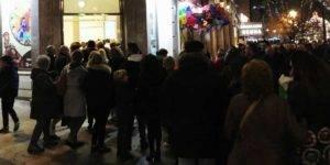 Colas de gente a la entrada de la exposición 'Belenes del mundo'