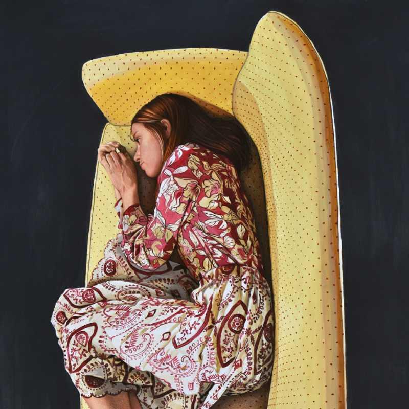 Detalle de la obra de Ángeles Agrela 'Laura como bella durmiente en el sofá amarillo'