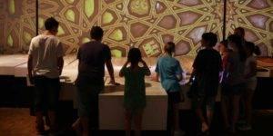 Grupo de niños asistiendo a una visita guiada en el Museo Memoria de Andalucía