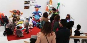Micro-taller educativo interactivo realizado por las futuras docentes María Anguís y Alicia Carvajal, el día de la inauguración de la exposición 'Entornos artísticos educativos'
