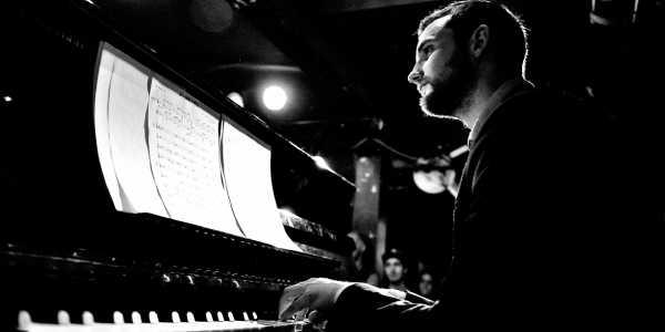 Mátyás Bartha en un piano