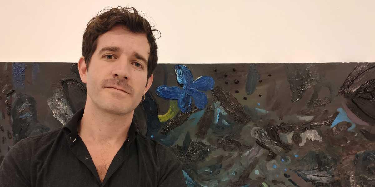 José Luis Valverde junto a una de sus obras