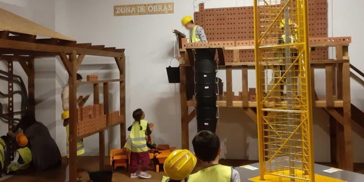 Varios niños participando de la actividad 'En construcción' del Museo Memoria de Andalucía