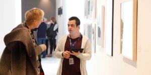 Miembro de la asociación Granadown explicando una obra de arte