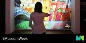 Persona ante una pantalla interactiva del Museo Memoria de Andalucía